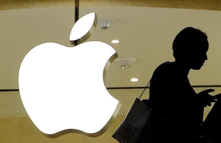 Imagen del logotipo de Apple en una tienda en Nueva York, Estados Unidos. EFE/Archivo