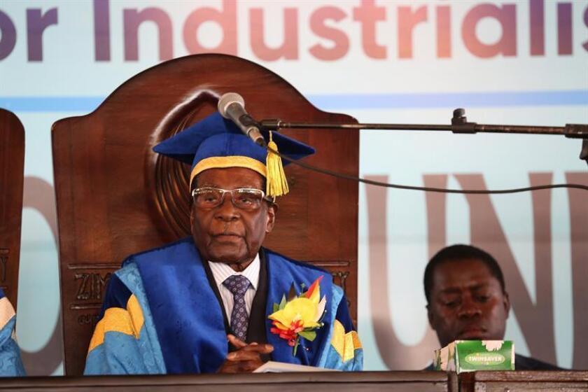 El presidente de Zimbabue, Robert Mugabe, preside una graduación en una universidad de Harare (Zimbabue), hoy 17 de noviembre de 2017, durante su primera aparición pública 4 días después del levantamiento de las Fuerzas Armadas en contra de su Gobierno. Según informó el portal local News Day, el presidente, de 93 años, compareció custodiado y sin la compañía de su esposa, Grace Mugabe. EFE
