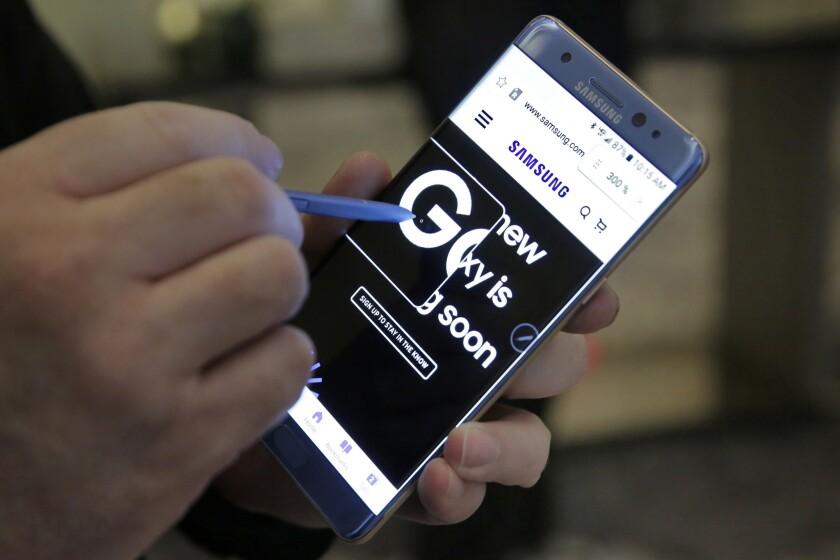 En esta fotografía de archivo se demuestra una característica de ampliación de la pantalla en el teléfono Samsung Galaxy Note 7, en Nueva York. Las autoridades de seguridad en la aviación tomaron la medida extraordinaria de advertirle a los pasajeros de aerolíneas que no enciendan ni pongan a cargar un nuevo modelo de smartphone de Samsung durante los vuelos, tras numerosos reportes de que los dispositivos se han incendiado. La Administración Federal de Aviación emitió la advertencia el 8 de septiembre. (AP Foto/Richard Drew, archivo)