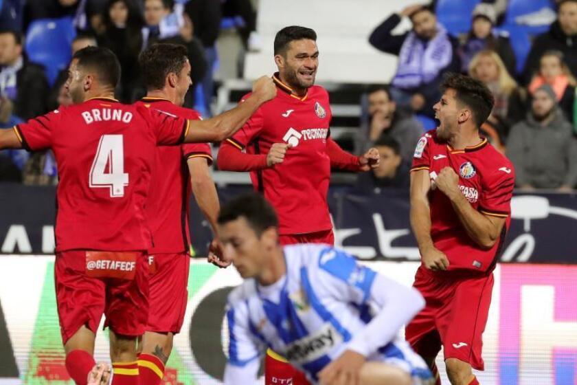 El defensa uruguayo del Getafe Leandro Daniel Cabrera (d) celebra un gol durante un partido. EFE/Archivo