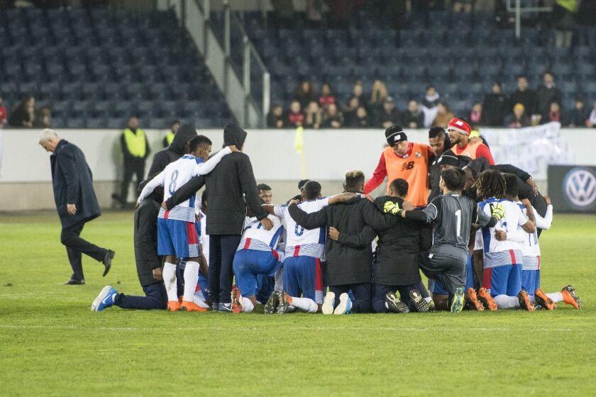 LER01. LUCERNA (SUIZA), 27/03/2018.- El equipo de Panamá reacciona hoy, martes 27 de marzo de 2018, después de un partido amistoso internacional que enfrenta a las selecciones de Panamá y Suiza, en Lucerna (Suiza).