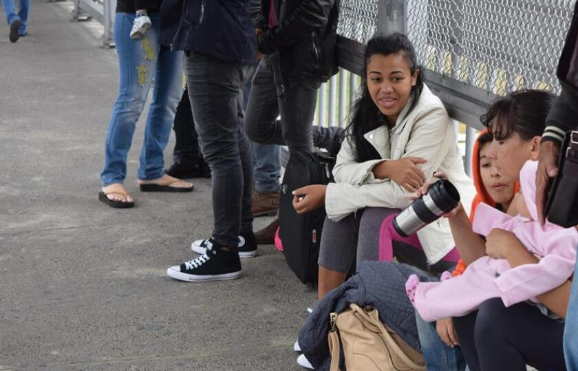 """La asociación Cubanos en Libertad, con sede en la ciudad fronteriza de Laredo, lanzó hoy una campaña de recogida de alimentos, ropa y utensilios de higiene para ayudar a los más de cincuenta cubanos varados en México por la supresión de la política """"pies secos/pies mojados"""". EFE"""