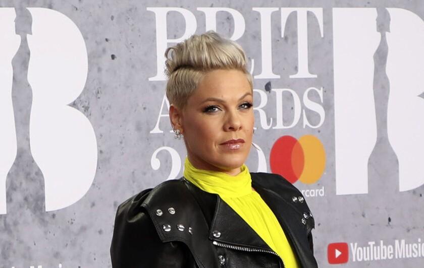 En esta foto del 20 de febrero de 2019, Pink posa al llegar a la ceremonia de los Brit Awards