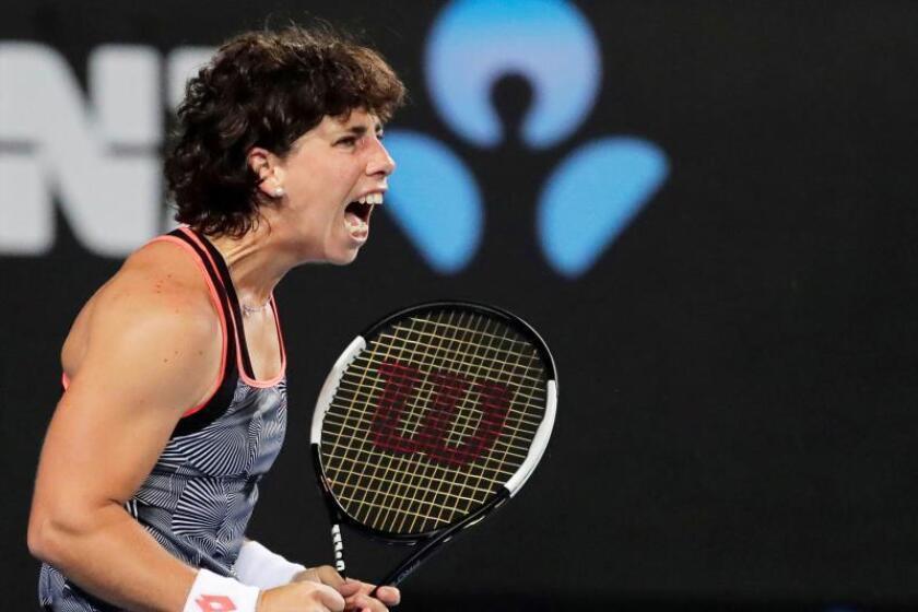 La tenista española Carla Suárez reacciona tras una jugada contra la ucraniana Dayana Yastremska durante su partido de segunda ronda del Abierto de Australia de tenis, en Melbourne, hoy, 17 de enero de 2019. EFE