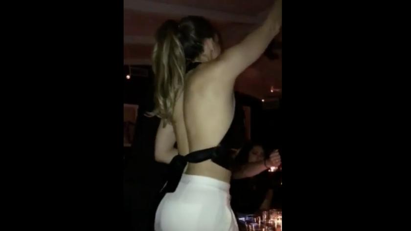 La cantante bailó de forma sensual, fue capturada en video y el clip se volvió viral en cuestión de horas.