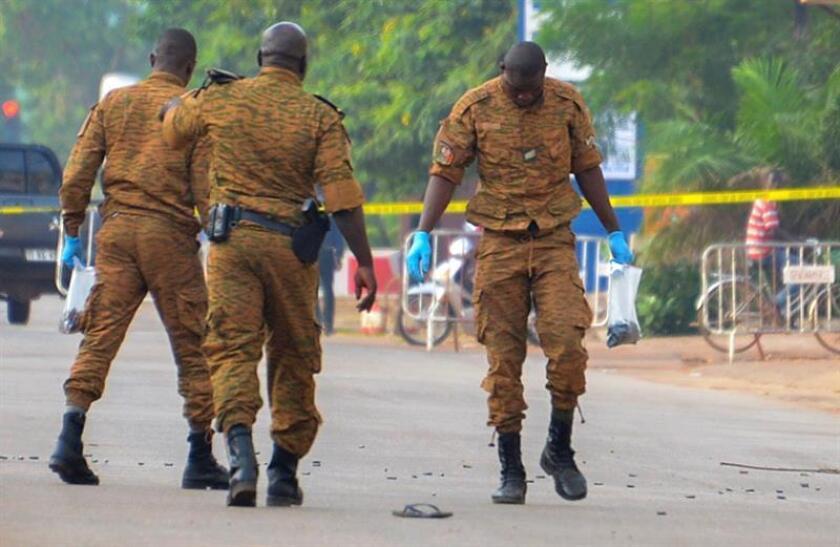 Integrantes de las Fuerzas de Seguridad de Burkina Faso investigan un área cerca a donde realizó un ataque terrorista. EFE/Archivo