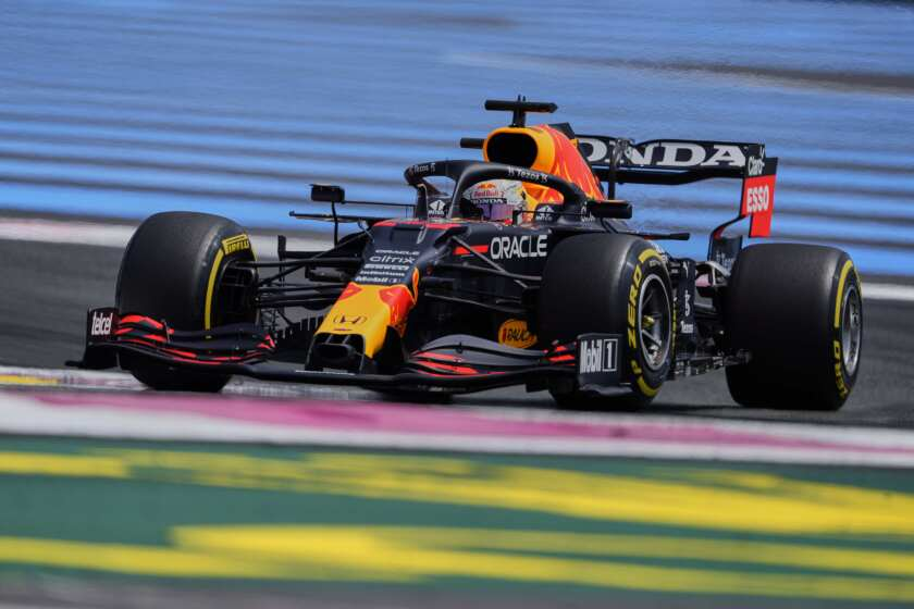El piloto de Red Bull Max Verstappen conduce en la primera sesión de práctica para el Gran Premio de Francia de la Fórmula Uno, en el circuito Paul Ricard de Le Castellet, Francia, el viernes 18 de junio de 2021. (AP Foto/Francois Mori)