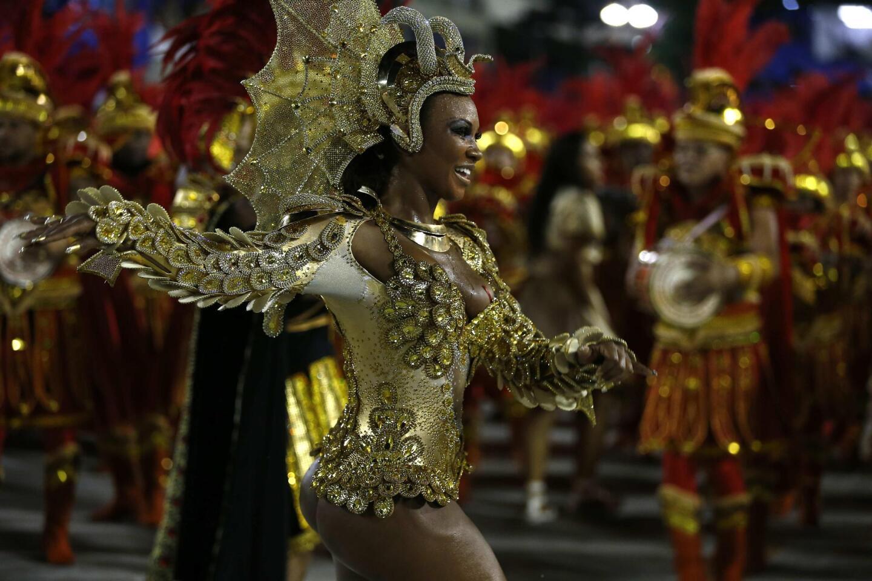 BRA01. RÍO DE JANEIRO (BRASIL), 07/02/2016.- La Escuela de Samba Estácio de Sá participa del primer día del desfile de las Escuelas de Samba del Grupo Especial de Río de Janeiro, hoy domingo 7 de febrero de 2016, en la Pasarela de Samba en Río de Janeiro (Brasil). EFE/MARCELO SAYAO ** Usable by HOY, FL-ELSENT and SD Only **