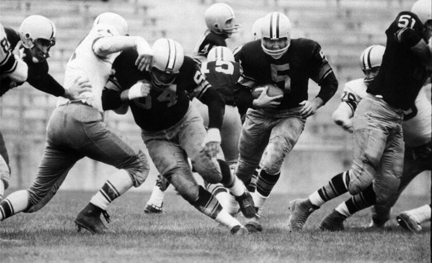 ARCHIVO - En imagen de archivo del 10 de agosto de 1959, Paul Hornung (5), de los Packers de Green Bay