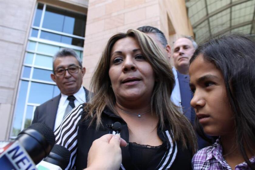 Fotografía de archivo de Aracely Rodríguez, madre de José Antonio Elena, el joven de 16 años que recibió más de 10 disparos cerca del muro fronterizo en Nogales, México. EFE/Archivo