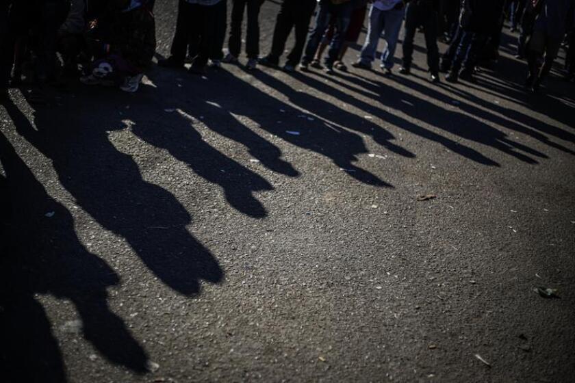 Fuerzas federales mexicanas establecieron hoy un cerco al principal albergue de los migrantes que han llegado a la fronteriza ciudad de Tijuana, luego del enfrentamiento del domingo en que cientos de centroamericanos rompieron una barrera policial para ingresar a Estados Unidos. EFE/ARCHIVO
