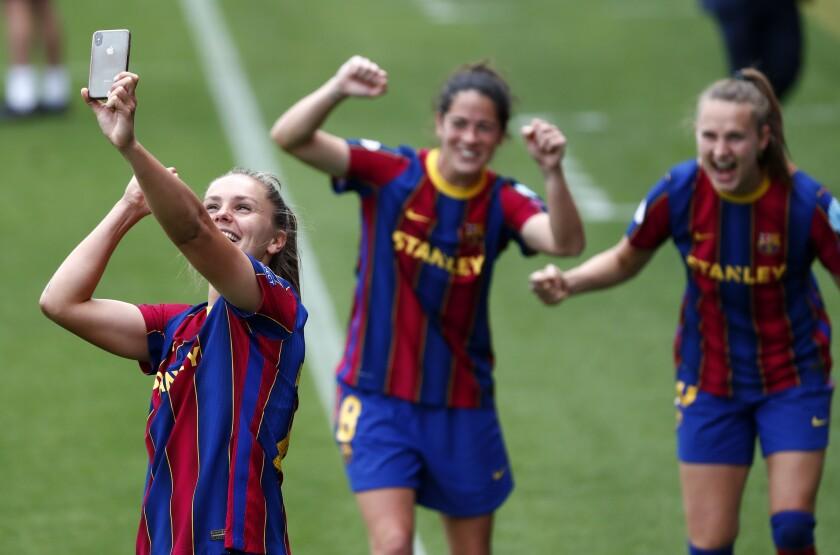 Lieke Martens del Barcelona se saca una selfie con sus compañeras tras vencer al Paris Saint-Germain
