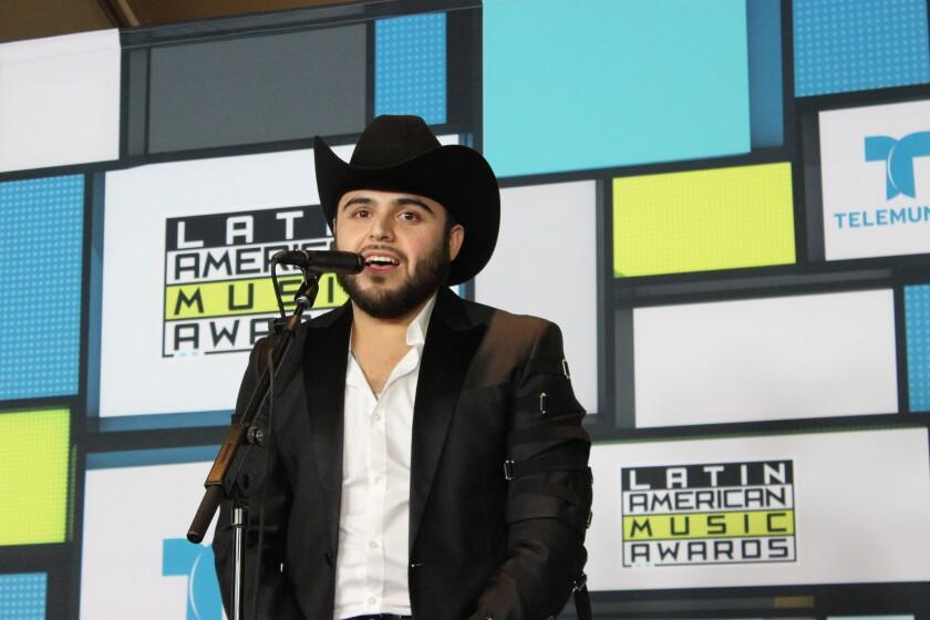 El polémico cantante Gerardo Ortíz fue uno de los invitados y ganadores de los Latin American Music Awards, y también pasó por la sala de prensa del evento realizado en el Dolby Theatre.