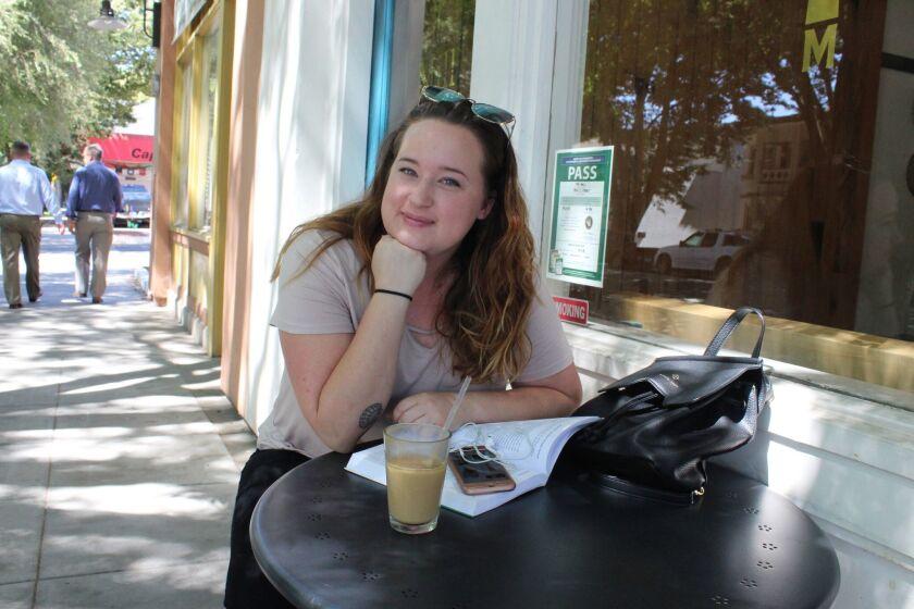 Kirsten Richardson toma un café con leche de vainilla en The Mill, una cafetería de Sacramento. Ella duda sobre el hecho de que el café cause o no cáncer a los bebedores diarios de café. (Ana B. Ibarra / California Healthline
