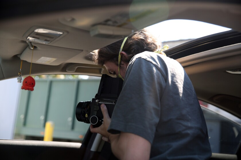 Ian Byers-Gamber retrata a la artista Alison Saar desde su automóvil.