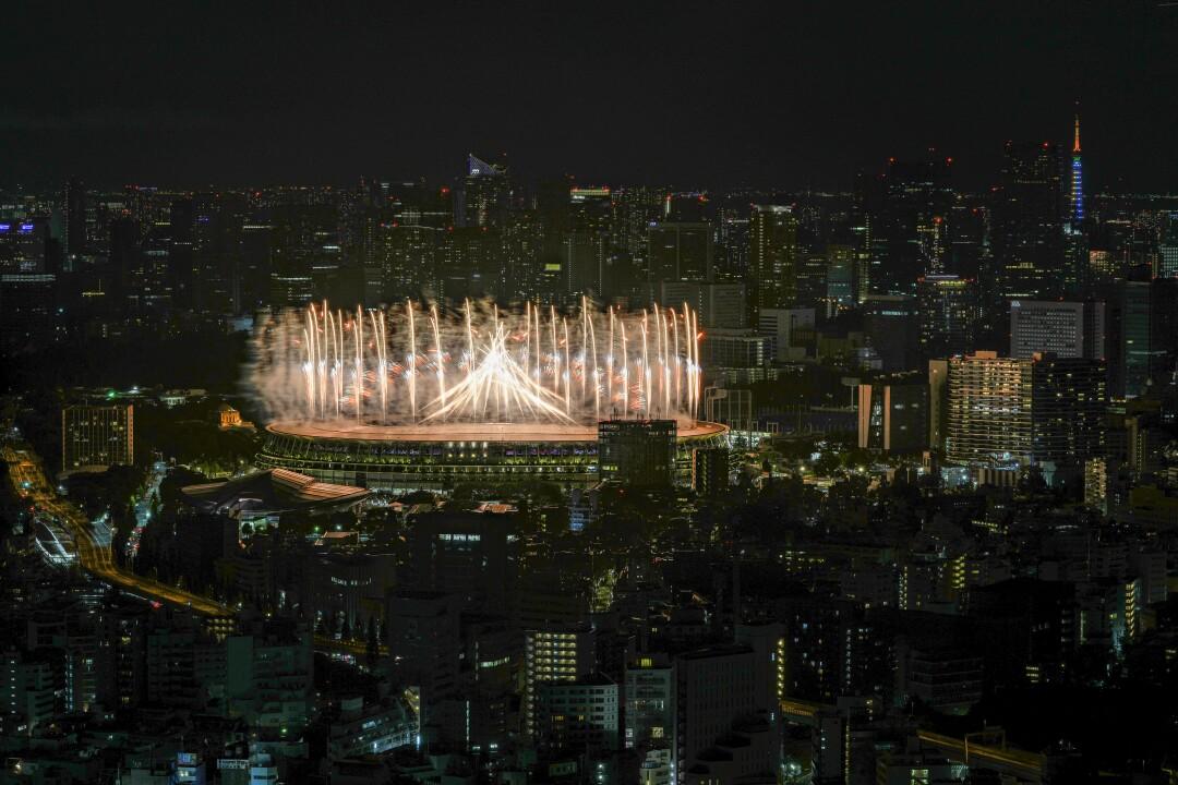 در مراسم افتتاحیه بازیهای المپیک توکیو آتش بازی بر فراز استادیوم ملی روشن شد.
