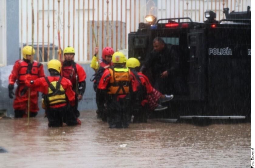BC_942330.En Tijuana, agentes rescataron a 18 personas en condición de riesgo por las lluvias.
