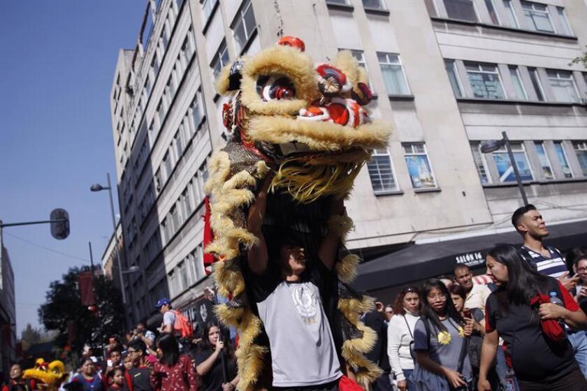 Asistentes acuden al Barrio Chino para participar en las celebraciones con motivo del Año Nuevo chino hoy, jueves 15 de febrero de 2018, en Ciudad de México (México). EFE