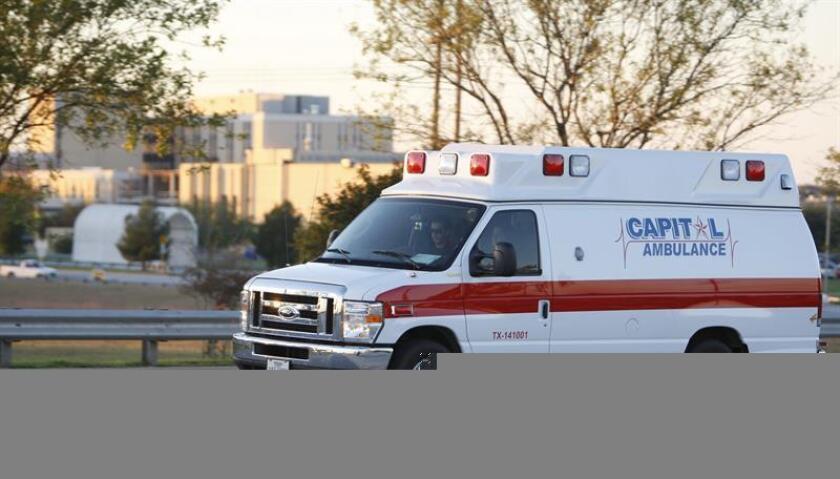 Vista de una ambulancia que transporta a una persona que intentó suicidarse. EFE/Archivo