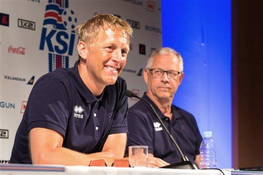 Los técnicos de Islandia Heimir Hallgrimsson (izquierda) y Lars Lagerback en una rueda de prensa en Annecy, Francia, el miércoles 29 de junio de 2016. Islandia enfrenta a Francia el domingo en los cuartos de final de la Eurocopa. (AP Foto/Ciaran Fahey)