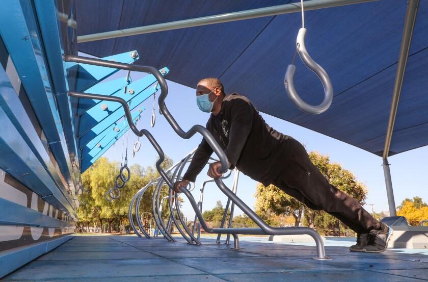 Steven Davis, de 52 años, se ejercita por la mañana en la recién inaugurada área deportiva en el parque Mountain View