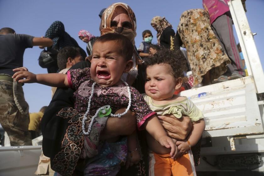 En esta foto de archivo del 3 de junio de 2016 se ven familias iraquíes desplazadas por los combates por el control de Fallujah, Irak, en un campamento militar en las afueras de la ciudad. Cerca de 2.500 insurgentes del grupo extremista Estado Islámico murieron durante la ofensiva para recuperar la ciudad de Fallujah, dijo un alto comandante iraquí el martes 21 de junio de 2016. (AP Foto/ Khalid Mohammed, File)