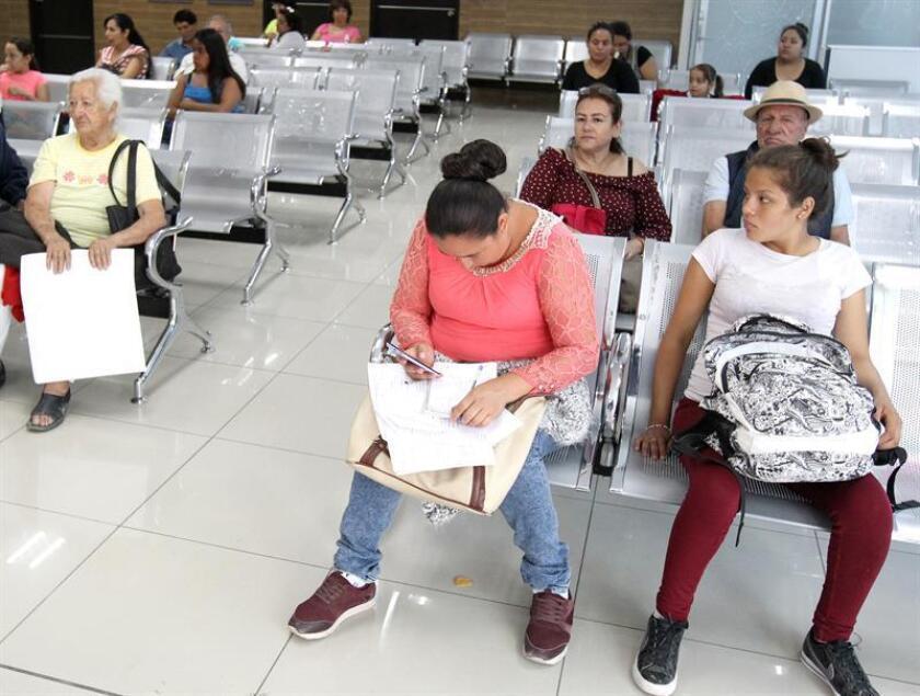 Mujeres esperan atención médica en un hospital de Ciudad de México. EFE/Archivo