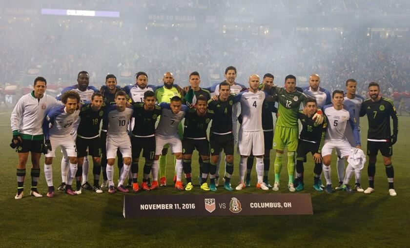 Imagen inusual de jugadores mexicanos y estadounidenses...
