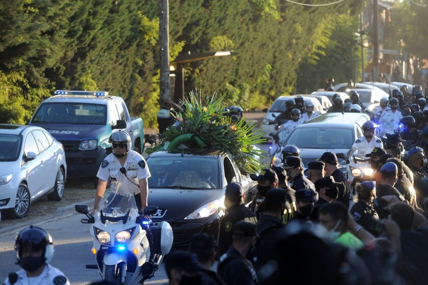Decenas de hinchas caminan detrás del cortejo fúnebre que traslada los restos de Diego Armando Maradona