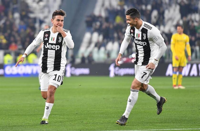 Los jugadores del Juventus Paulo Dybala (i) y Cristiano Ronaldo celebran un gol durante un partido. EFE/Archivo