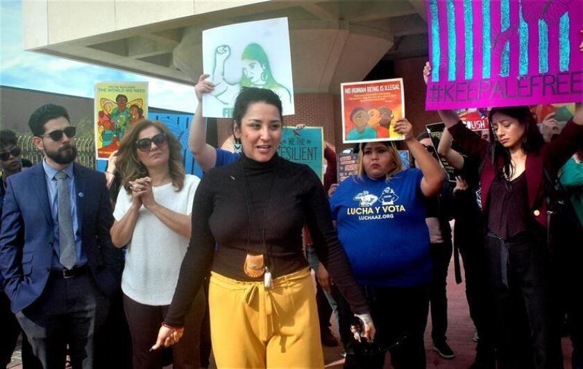La activista mexicana Alejandra Pablos (c) habla junto a su familia y miembros de la comunidad momentos antes de entrar a la corte de inmigración hoy, martes 11 de diciembre de 2018, en Tucson, Arizona (EE.UU.). EFE