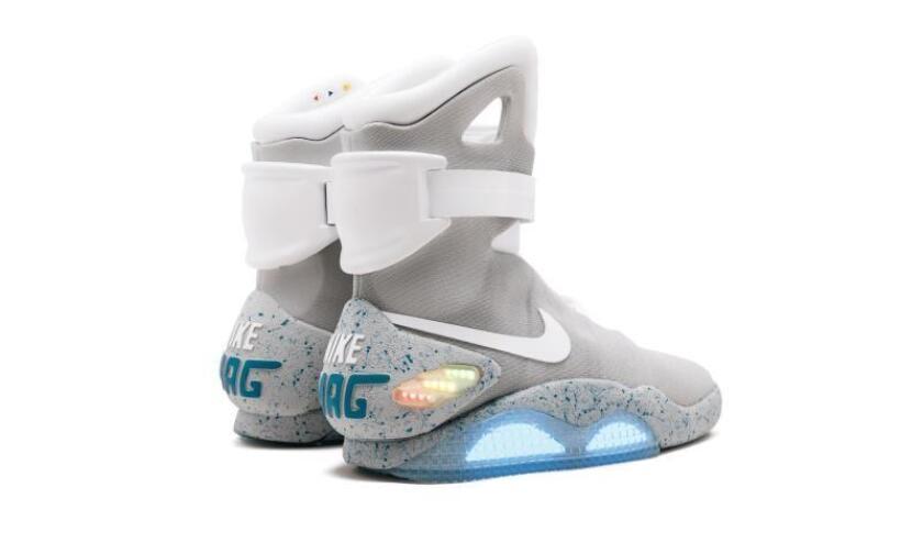 """Fotografía cedida por la casa de subastas Sotheby's donde se muestra un par de zapatillas Nike Mag, una de las ediciones limitadas del diseño que Marty McFly llevó en la segunda entrega de """"Back to the Future"""" en 2016 y de las que se fabricaron sólo 89, que fue comprada en un grupo de 99 zapatillas por el coleccionista canaadiense Miles Nadal, informó este martes la compañía.EFE/Sotheby's/SOLO USO EDITORIAL"""