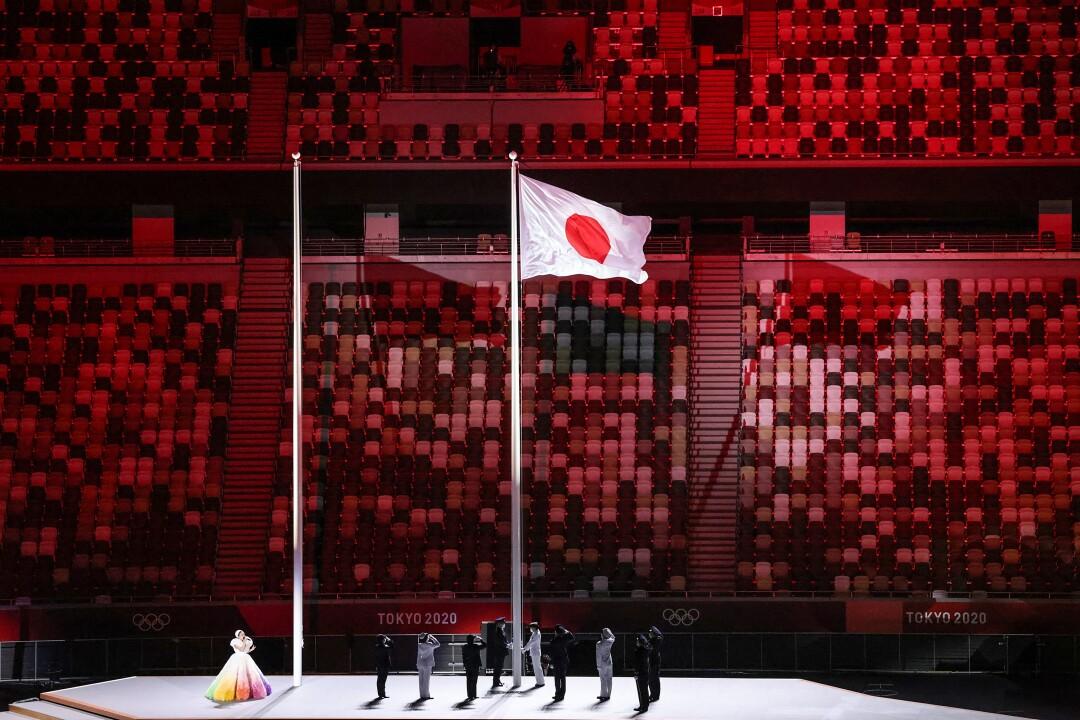 مردم روی صحنه کنار پرچم ژاپن می ایستند