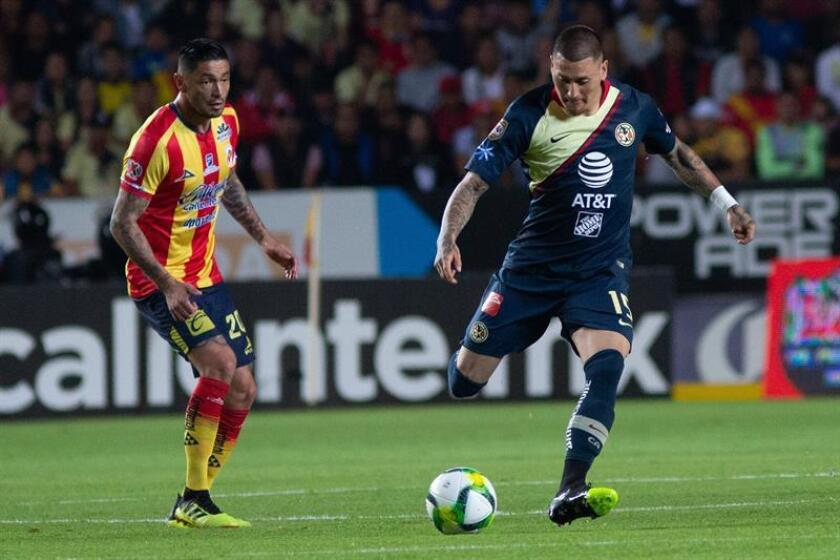 Nicolás Castillo (d), jugador del América de México. EFE/Archivo
