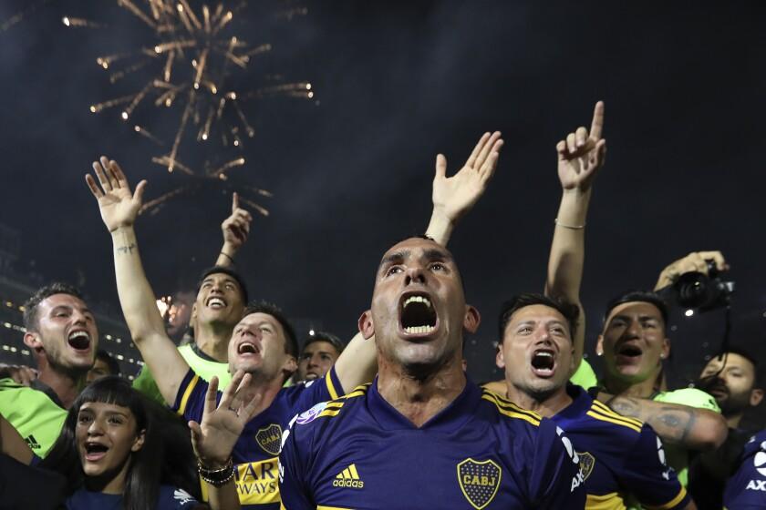 El delantero Carlos Tevez festeja con sus compañeros de Boca Juniors