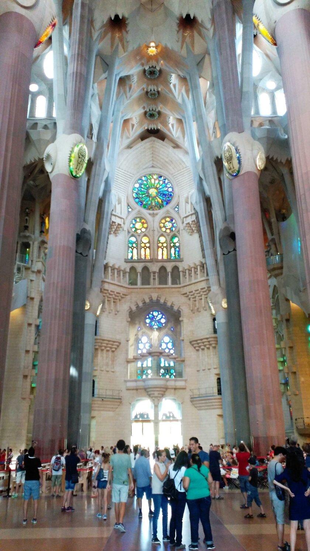 Interior de la Sagrada Familia de Barcelona, obra de Antoni Gaudí, un templo que posee numerosos signos masónicos en su interior y en el exterior.