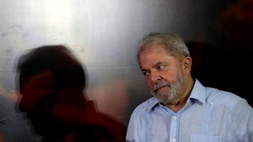 A la ratificación este miércoles de la condena a Luiz Inácio Lula da Silva por corrupción, se sumó este jueves una orden judicial que impide salir de Brasil al expresidente de la nación sudamericana.