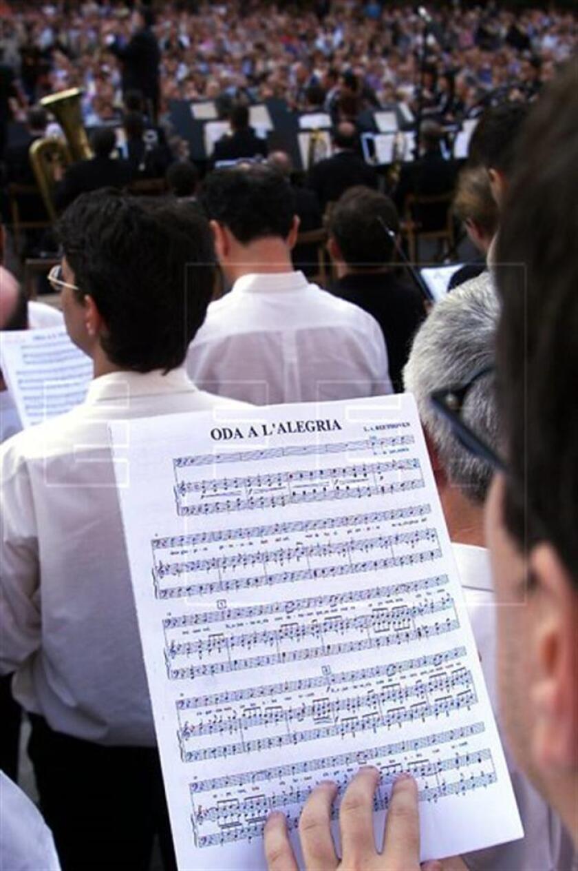 """Interpretación en Barcelona, al igual en que en otras ciudades europeas, del Himno de la Alegría de Beetohoven con motivo de la """"Fiesta de la Música 2000"""". EFE/Archivo"""