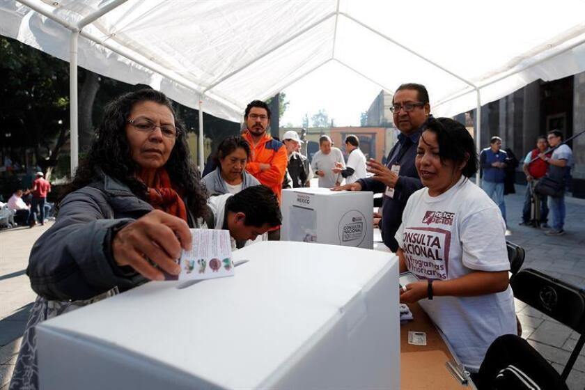 Una mujer vota en la segunda consulta ciudadana el pasado sábado 24 de noviembre de 2018, en la Alcaldía de Tlalpan de la Ciudad de México (México). EFE