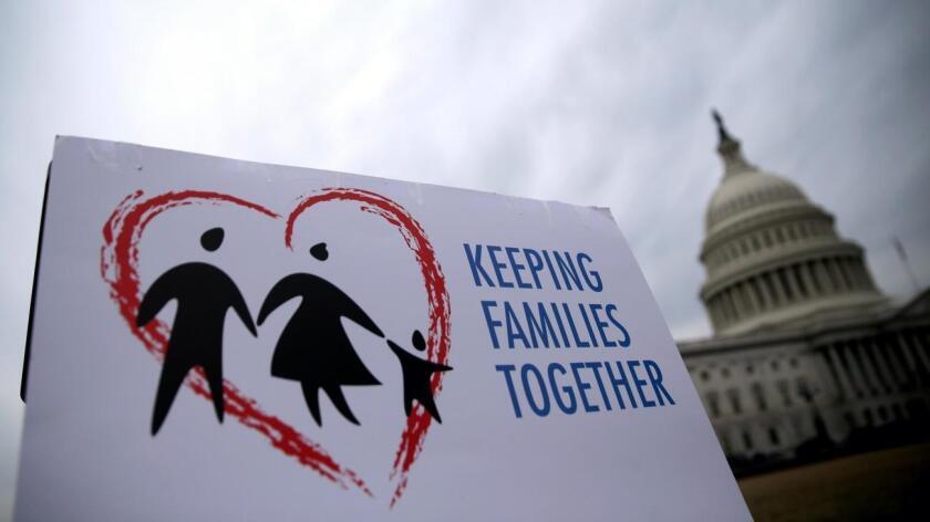 Activistas se reunen para exigir el fallo a favor de DACA y DAPA en el centro de Los Ángeles en febrero.