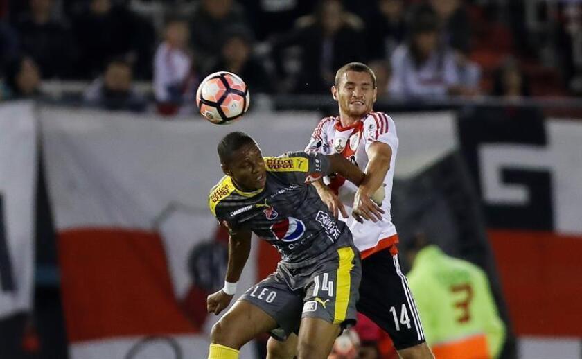 El jugador de River Plate Joaquín Arzura (d) disputa el balón con Yairo Moreno (i). EFE/Archivo
