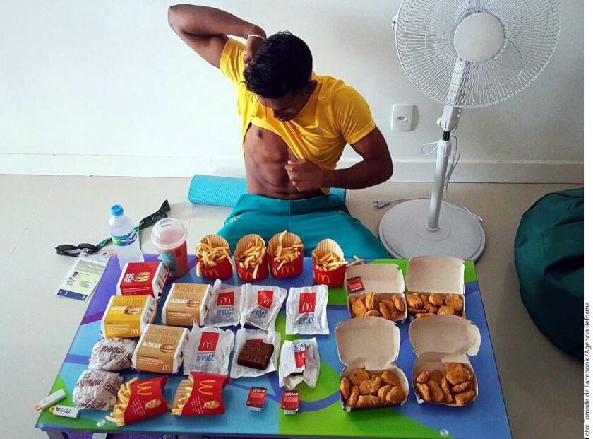 El jugador australiano de bádminton, Sawan Serasinghe, sorprendió al compartir una fotografía donde aparece con una gran cantidad de productos del restaurante de comida rápida McDonald's.