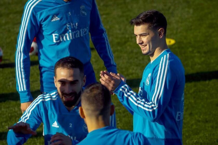 El jugador del Real Madrid Brahim Díaz (d), nuevo integrante del conjunto blanco, durante un entrenamiento realizado en la Ciudad Deportiva de Valdebebas. EFE