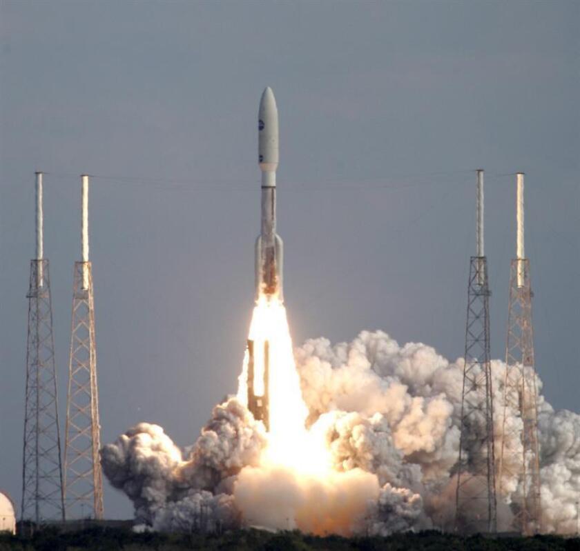 """La cápsula """"New Horizons"""", con destino Plutón, durante su lanzamiento desde la rampa 41 del Centro Espacial Kennedy, en el sur de Florida (Estados Unidos), impulsada por un cohete Atlas V, el jueves 19 de enero, a las 14:00 horas de la costa este estadounidense. EFE/Archivo"""