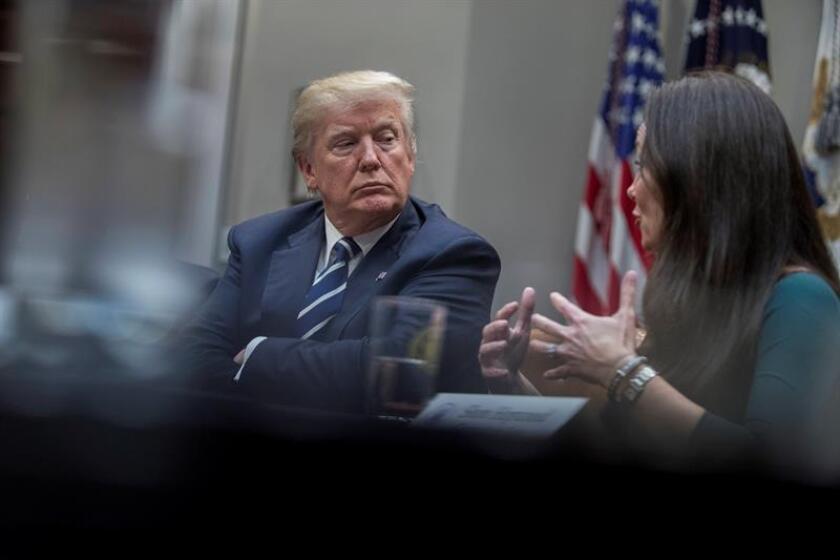 El presidente de los Estados Unidos, Donald Trump (izda) en la Casa Blanca, Washington, DC, EEUU, hoy, 11 de enero de 2018. EFE