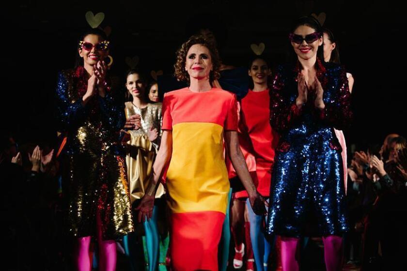 Modelos presentan creaciones de la diseñadora española Agatha Ruiz de la Prada (c) en la Semana de la Moda de Nueva York - Otoño 2018 - hoy, martes 13 de febrero de 2018, en Nueva York (EE.UU.). EFE