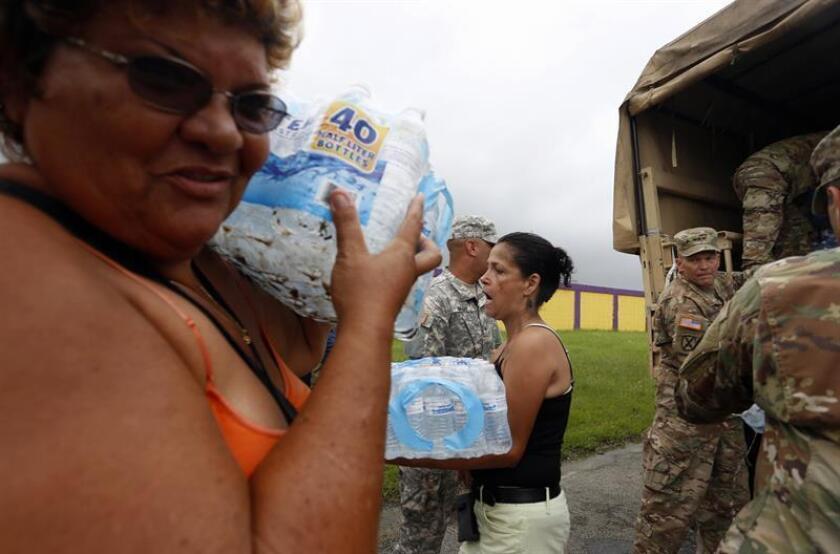 Vista de varias personas durante la entrega de suministros a damnificados de la isla en Las Piedras (Puerto Rico). EFE/Archivo