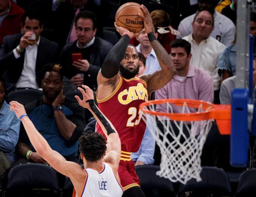 En la imagen un registro de LeBron James (d), alero estrella de los Cavaliers de Cleveland, quien aportó un triple-doble de 30 puntos, 13 rebotes y 13 asistencias en el triunfo de su equipo 105-98 sobre los Sixers de Filadelfia. EFE/Archivo