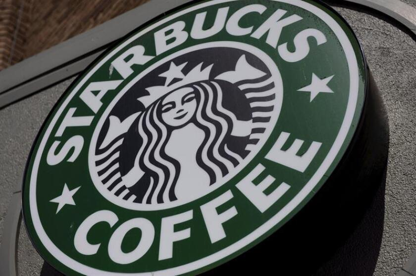 Fotografía de archivo que muestra el logo de una tienda de Starbucks Coffee en el barrio Adams Morgan en Washington, D.C. (EEUU). EFE/Archivo