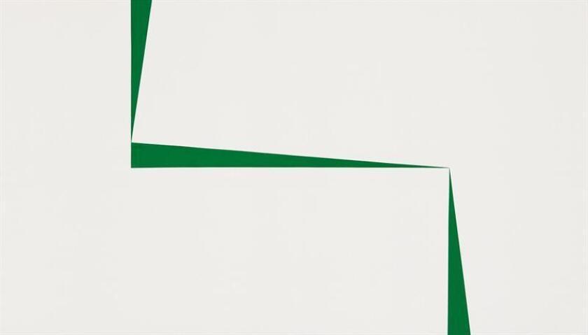 """Fotografía cedida por la casa de subastas Sotheby's donde aparece el cuadro """"Blanco y Verde"""", de la artista cubana Carmen Herrera, que se subastó este viernes en Sotheby's por 3.900.000 dólares, el mayor precio pagado por un cuadro de la artista centenaria, según un comunicado de la casa de subastas. EFE/Sotheby's/SOLO USO EDITORIAL/NO VENTAS"""